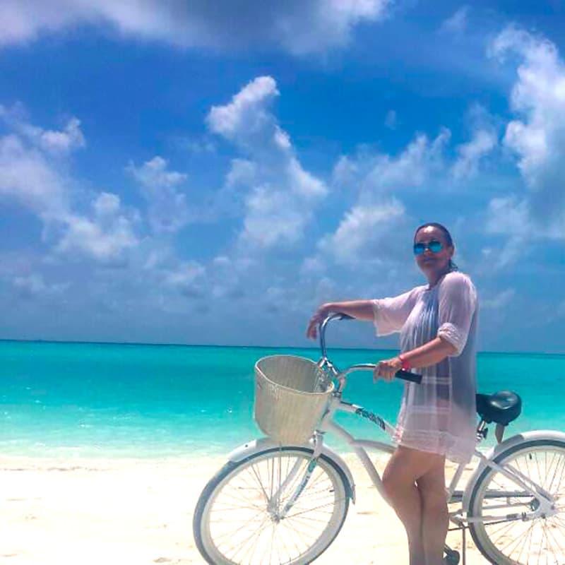 Blanca en las playas de Maldivas, agua cristalina y arena blanca, Viaje a las islas Maldivas