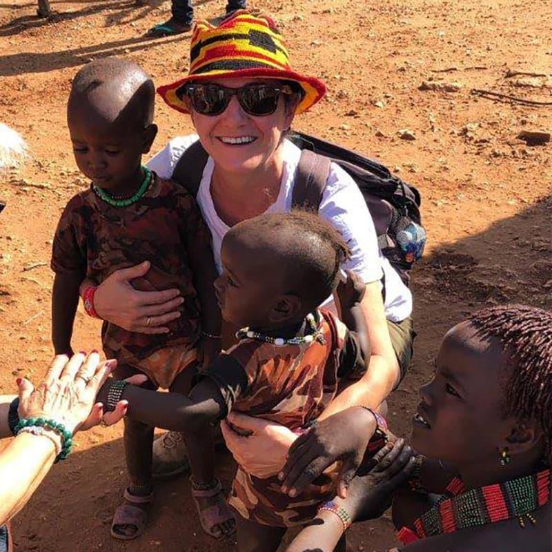 Marta junto a unos niños en Etiopia África, viaje a Etiopía