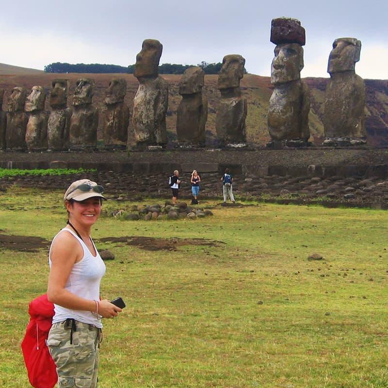 Marta en la Isla de Pascua, moais, naturaleza, Viaje a Argentina y Chile