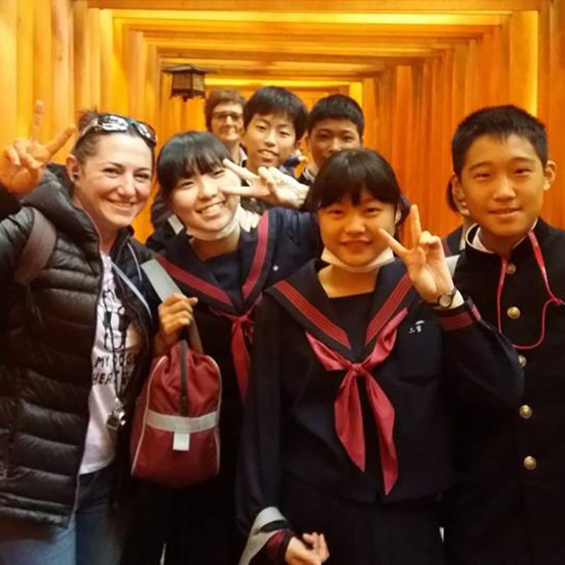 Marta en Japón, junto a unos estudiantes en Fushimi Inari el santuario de los Torii rojos, Viaje a Japón